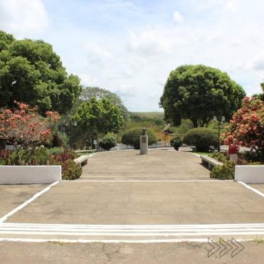 Praça em frente à igreja de Rio das Flores. Foto de Lívia Pádua