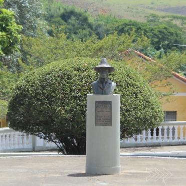 Busto do aviador Santos Dumont, batizado em Rio das Flores. Foto de Lívia Pádua