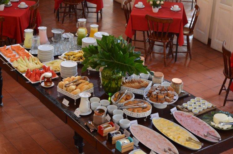 Mesa de café da manhã do Hotel Santa Amália: hóspedes adoram a rabanada